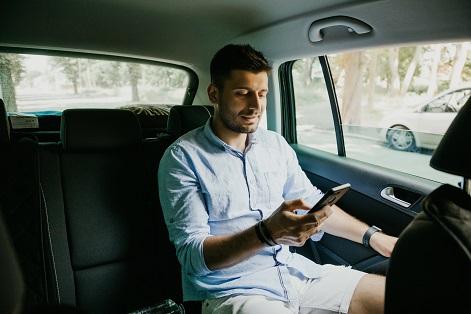 Bild mit Personen die unterwegs am Tablet und Smartphone lernen